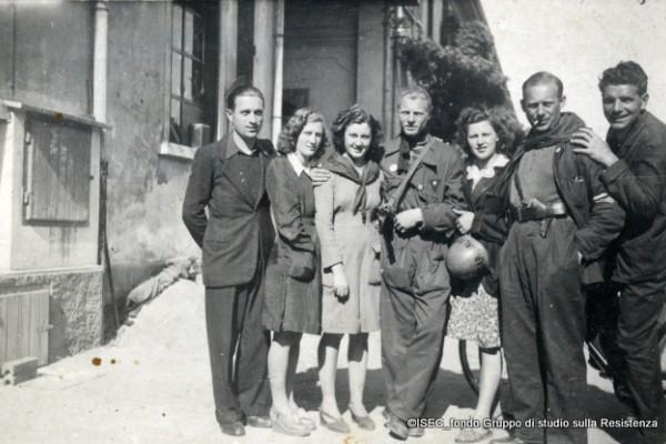 Partigiani e partigiane dentro la Ercole Marelli nei giorni della Liberazione, 1945. ISEC, fondo Gruppo di studio sulla Resistenza.